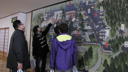 永平寺の通った道を確認する人達