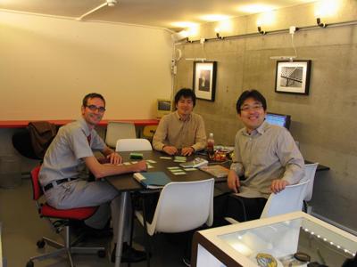 下北沢オープンソースCafeにて、ショーンさんと遠藤さんと。(松浦さん撮影)